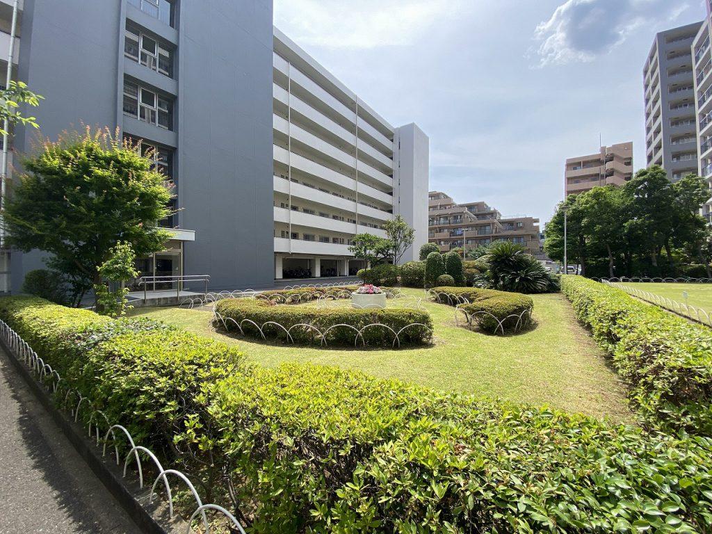 閑静な住宅街にあるマンション。中庭の様子です。緑が多く、手入れもしっかりとされていて、管理体制の良さが伺えます。