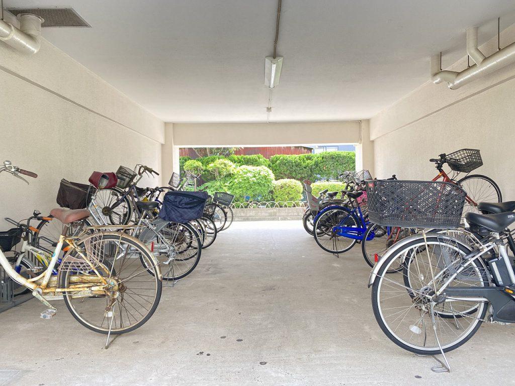 駐輪場の様子です。スッキリと整理整頓されて駐輪されています。月額は現在は無料となっています。空き状況は随時にお問い合わせ下さい。