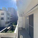 バルコニーからの眺望。3階なので陽当たり良好。青空も広がります。