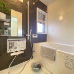 清潔感のある浴室は、追い焚き機能、浴室換気乾燥機能付きで快適。落ち着いたブラウンのカラーでゆったりとしたバスタイムをお過ごし頂けます。