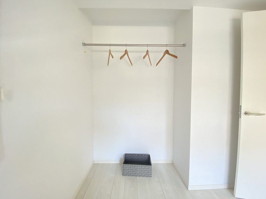 アクセントクロスがお洒落な洋室の様子です。クローゼット完備なのでたくさんの衣類を収納して頂けます。