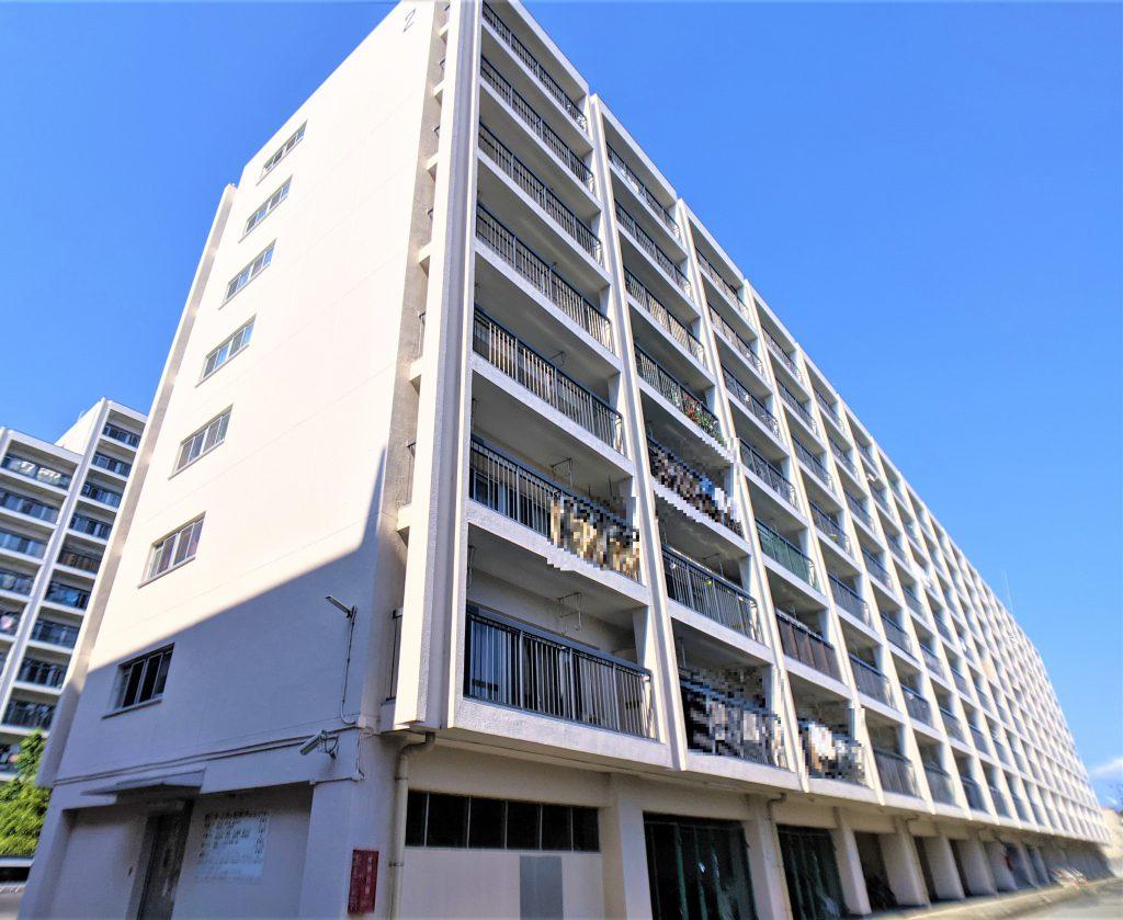 総戸数(1・2号棟合計)302世帯の大規模マンション。耐震基準適合物件です。計画的に大規模修繕も実施されていて、外壁、玄関ドア、サッシも綺麗です。