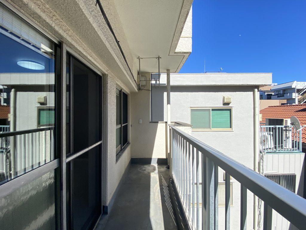 バルコニーの様子です。洗濯物が干せる十分なスペースがあります。3階なので陽当たり良好。青空も広がります。