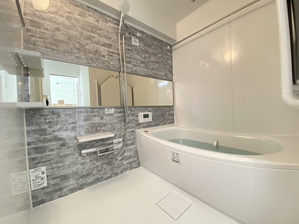 浴室の様子です。全身浴のくつろぎ感を重視した使いやすいデザインの浴槽です。魔法瓶浴槽でお湯の温かさを保ちます。浴室床は水はけが良く、乾きやすい設計です。