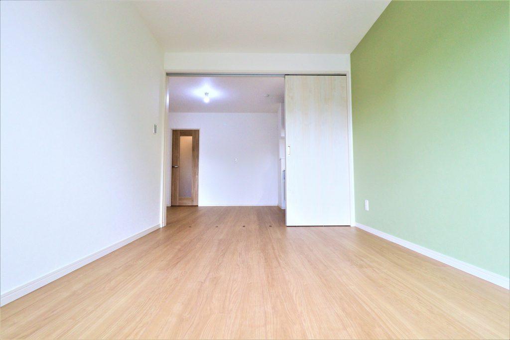 ベランダに面した洋室は室内いっぱいに光が差し込みます。風通しも眺望も良好なので快適にお過ごし頂けます。