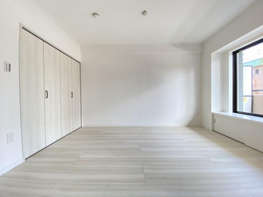 洋室は、窓面下収納とクローゼット完備。収納多めのプランニングなので、片付けやすくスッキリとお過ごし頂けます