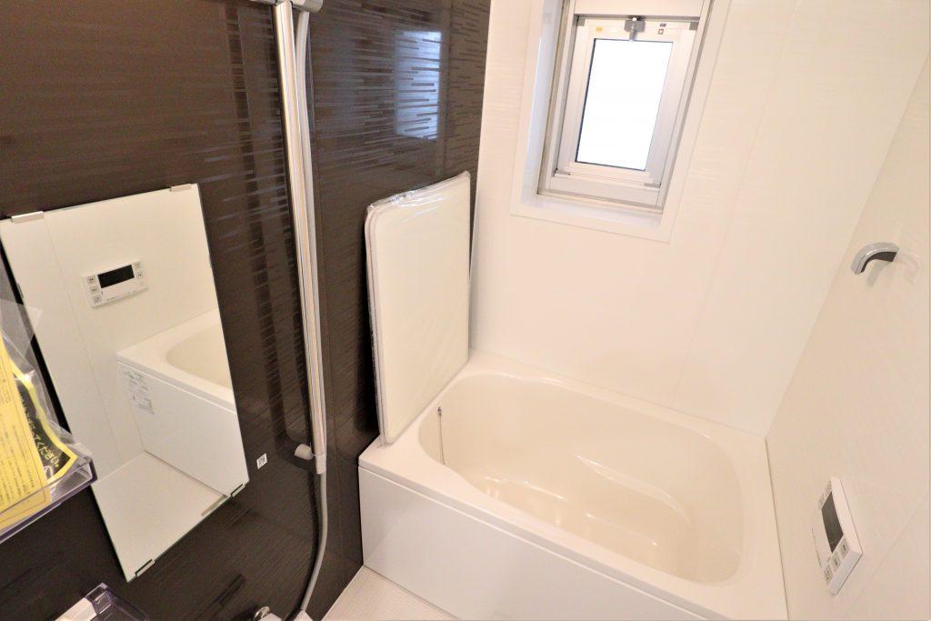 浴室。全身浴のくつろぎ感を重視した使いやすいデザインの浴槽。浴室床は水はけが良く、乾きやすい設計です。追い焚き機能、浴室換気乾燥機能付きで快適にお使い頂けます。
