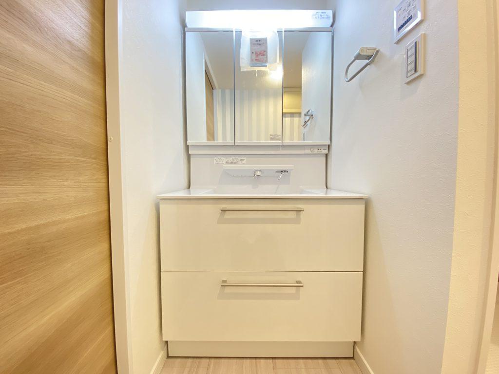 広々設計の洗面ボウルが特徴の洗面化粧台。エコシングル水栓、伸びるシャワーヘッド等、使いやすいデザインと仕様です。