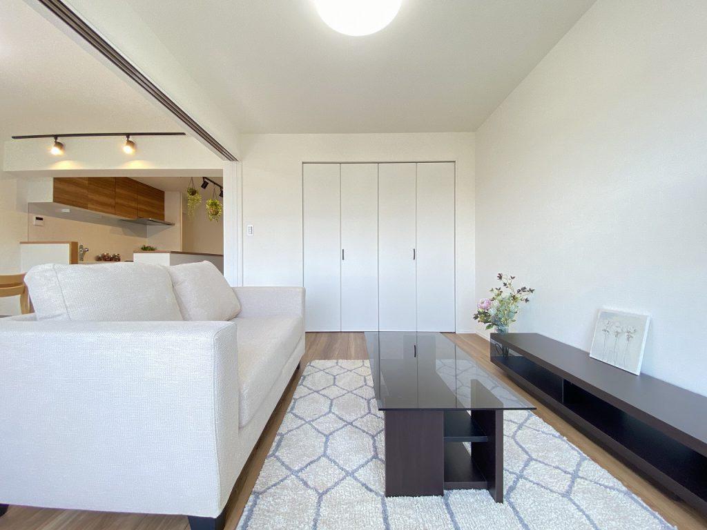 ホワイトの建具と優しいブラウンの床材が素敵な6.8帖のお部屋です。壁面一面に大型の収納完備。おくつろぎ頂けるお部屋です。