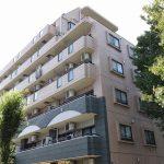 東京メトロ千代田線北綾瀬駅徒歩10分。グレーとベージュのタイル張りの外観が特徴のマンションです。