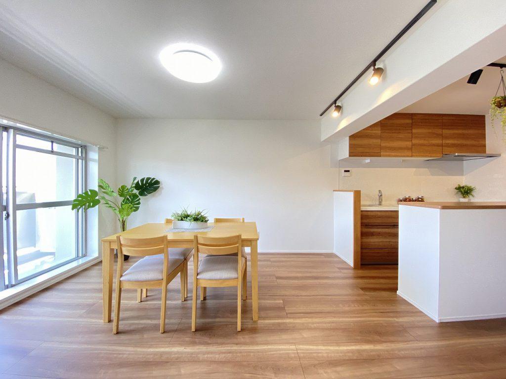 淡い茶色の優しい室内。多彩に使えるアイランドカウンターキッチン。LDKは13.3帖広さがあります。明るくて風通しの良いお部屋です。