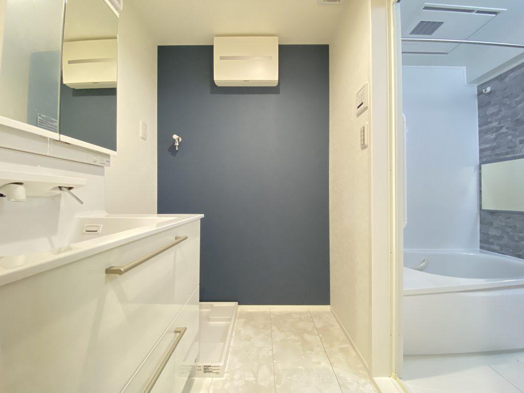 洗面化粧室の様子です。ネイビーブルーのアクセントクロスが落ち着いた印象。毎朝使う場所だから爽やかな空間に仕上げています。