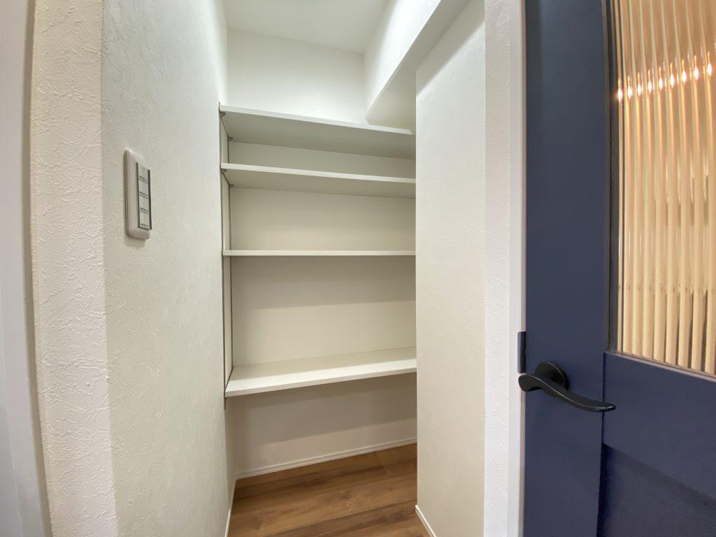 キッチン横には大型のパントリーも完備しています。適材適所の収納で快適に暮らして頂けます。