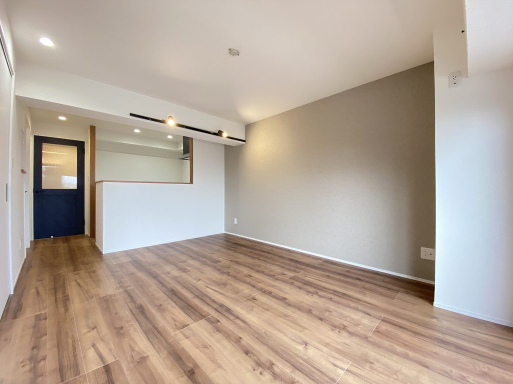 重厚なテイストと優しい木肌感が特徴のライトメープルを採用。長年大切に手入れされてきたような風合いと緻密な木目が素足に心地よく伝わり住むほどに愛着が増してゆく床材です。
