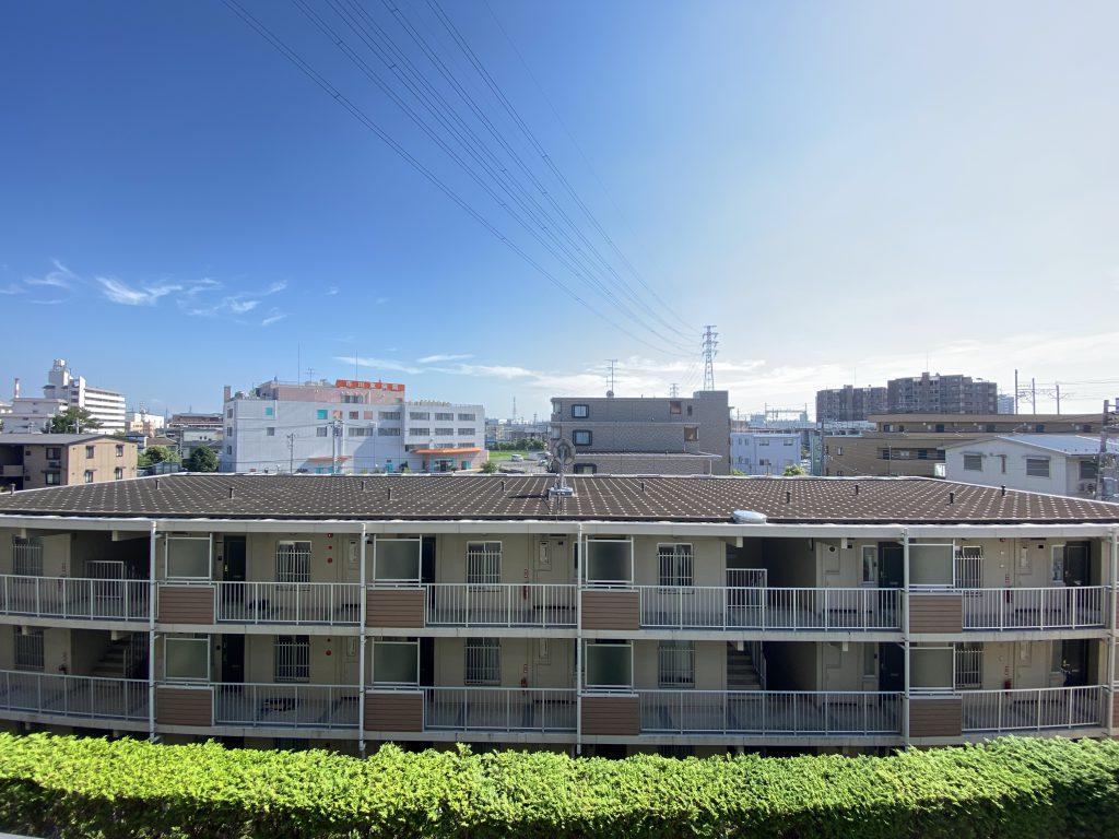 住戸からの眺望。目の前には青空が広がっていて開放感があります。