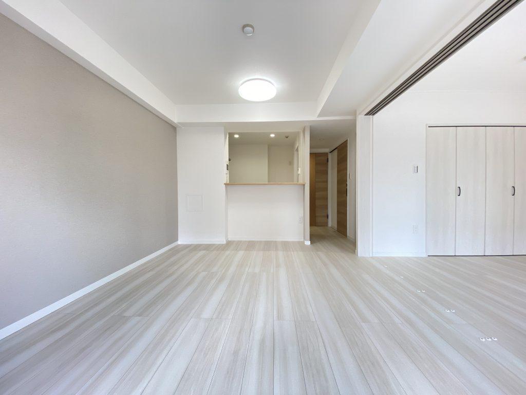 明る南東向きのお部屋。白を基調としたスッキリとした爽やかな室内空間。建具の淡いブラウンとのコントラストが美しいデザインに仕上げています。