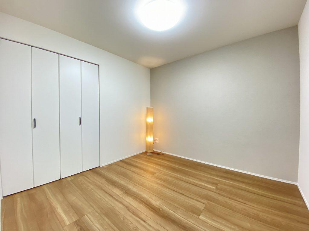 サービスルームは5.0帖の広さがります。大型のクローゼットが付いています。