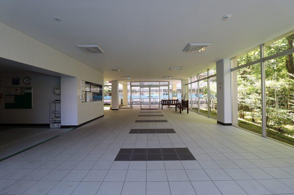 総戸数325戸の大規模マンション。広くて明るいエントランスは開放感があります。