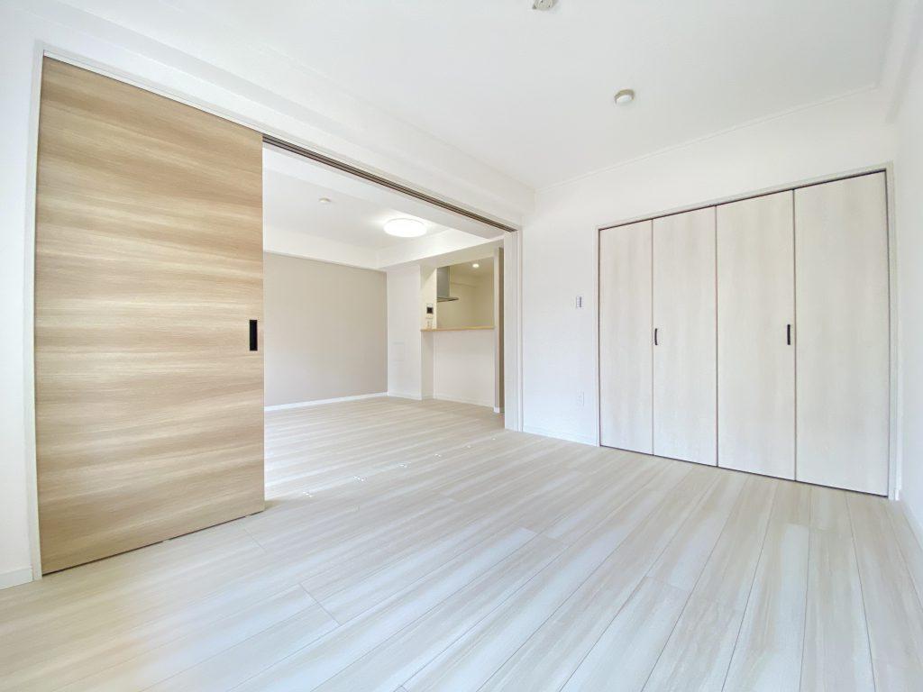 リビングと洋室が隣接する間取り。3枚の引き戸仕様なので、引き戸を開けると開放的な空間に。フレキシブルにご使用頂けます。