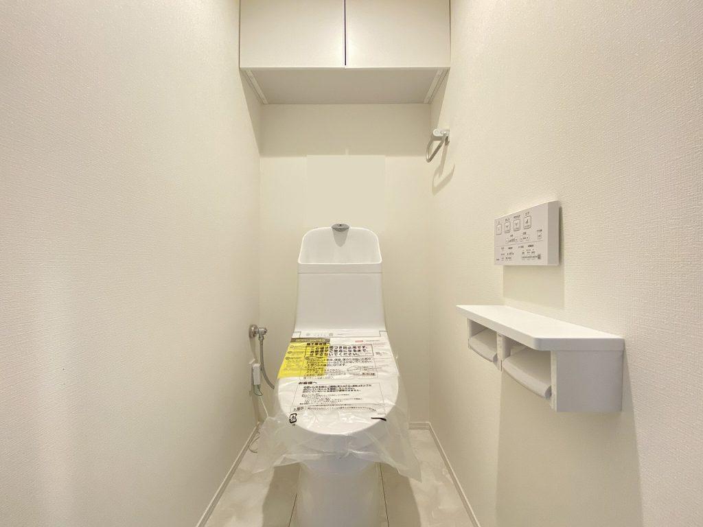 清潔感のあるトイレはウォシュレット一体型になっています。天井部分には扉付きの収納も完備です。