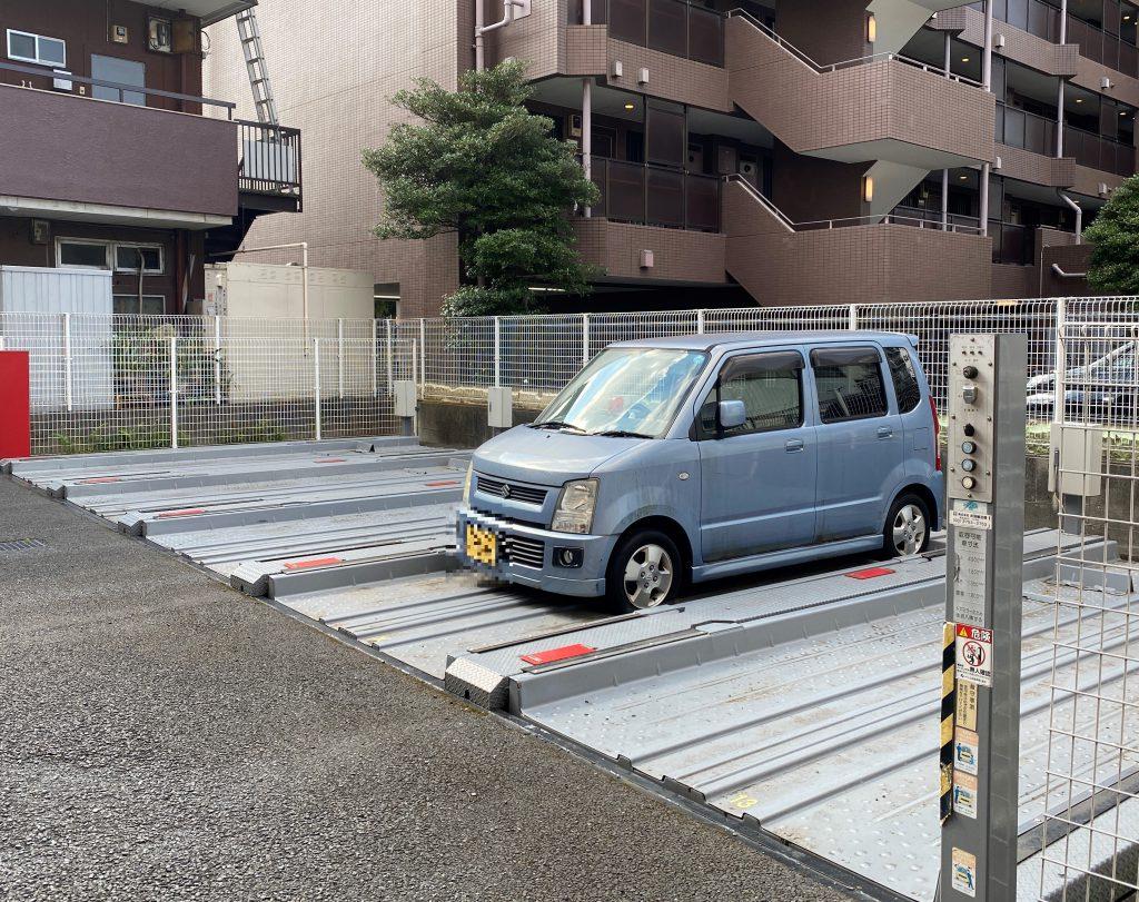 敷地内駐車場は、平面1台、機械式15台。月額15000~22000円。空き状況は随時にお問い合わせ下さい。