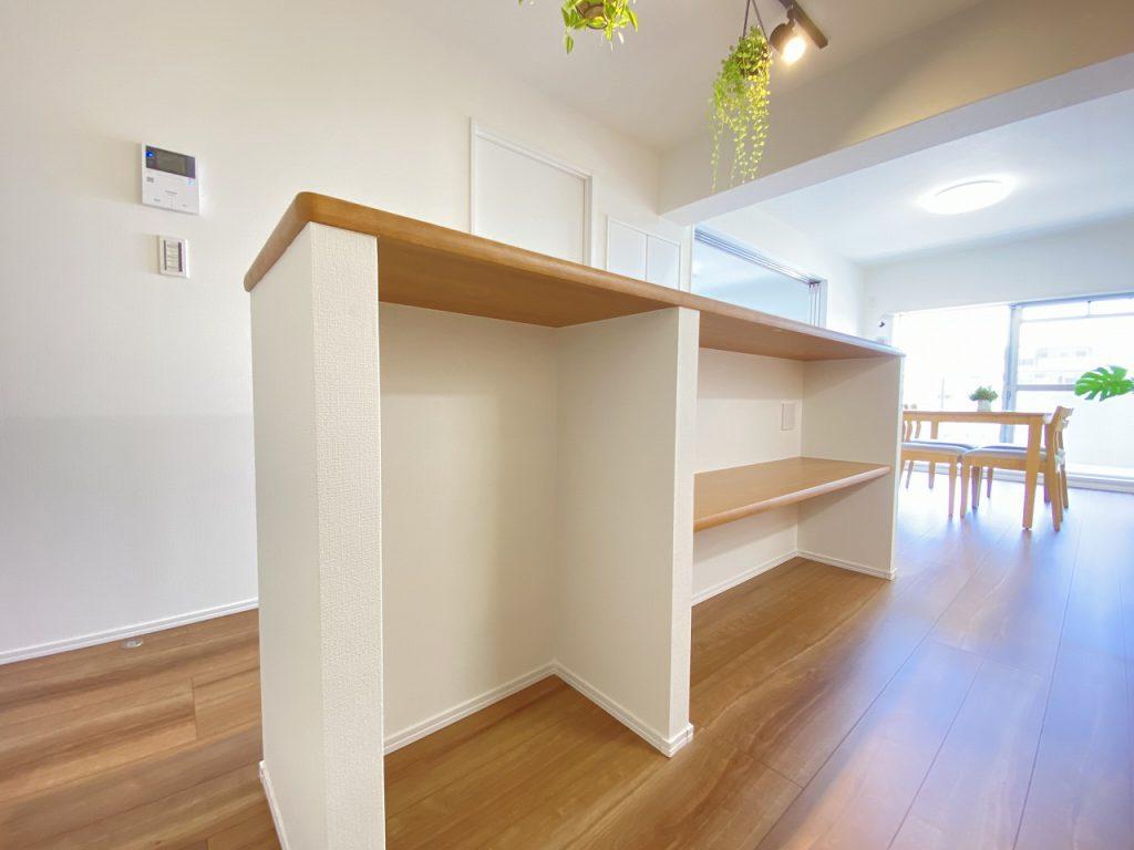 アイランドキッチンのカンター収納の様子です。家電やゴミ箱置き場等、使いやすさにこだわったデザイン仕様。