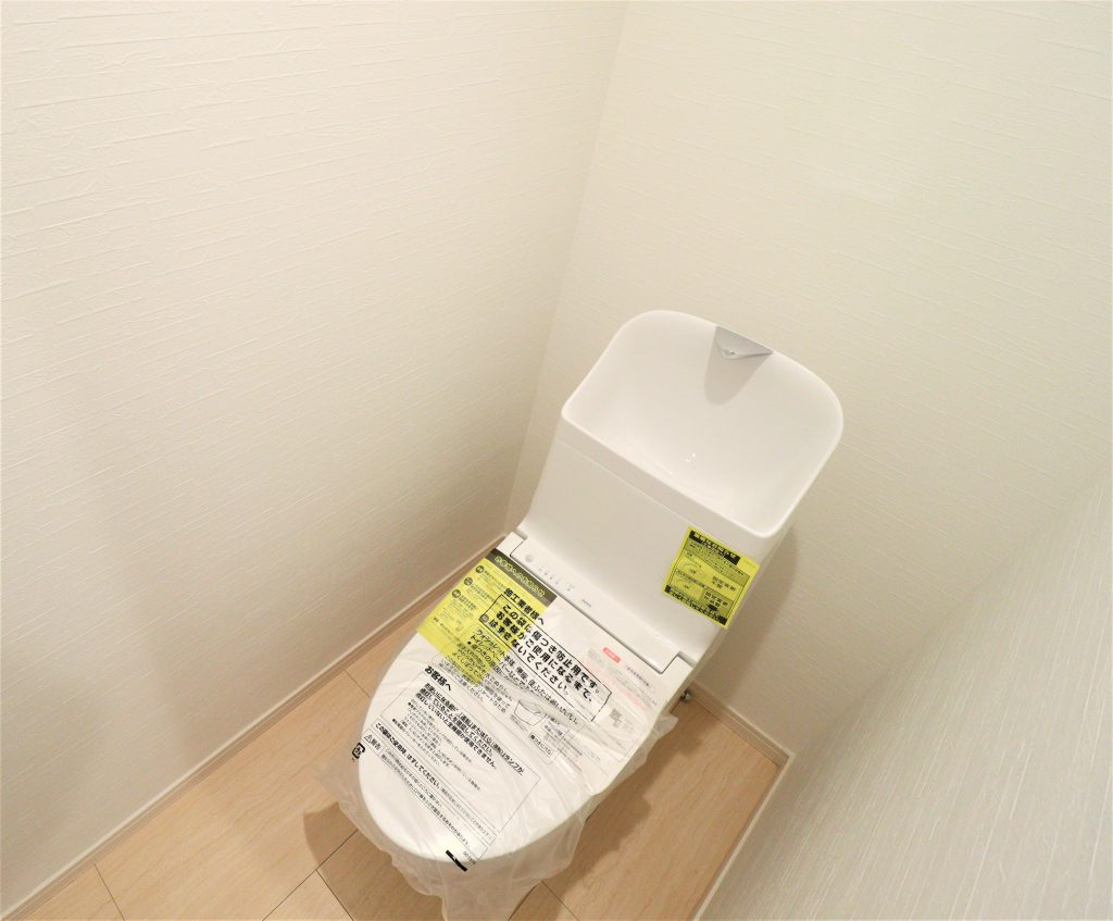 清潔感のあるトイレは、ウォシュレット一体型になっています。