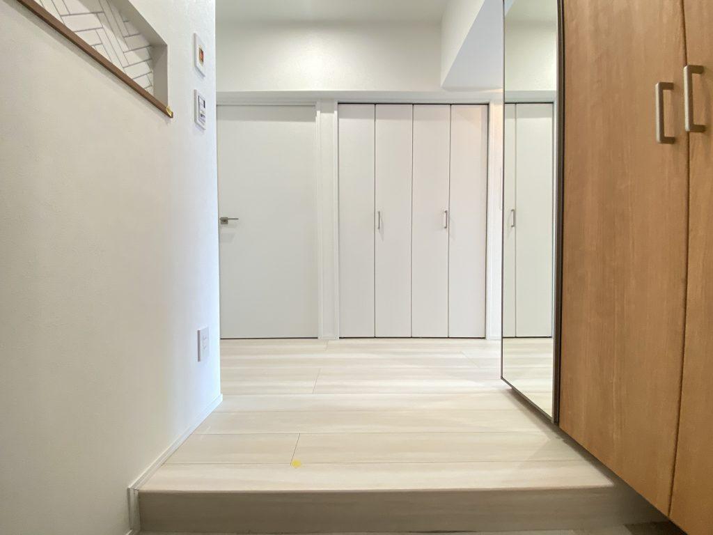 玄関ホールの様子。白を基調とした室内は、爽やかな印象です。