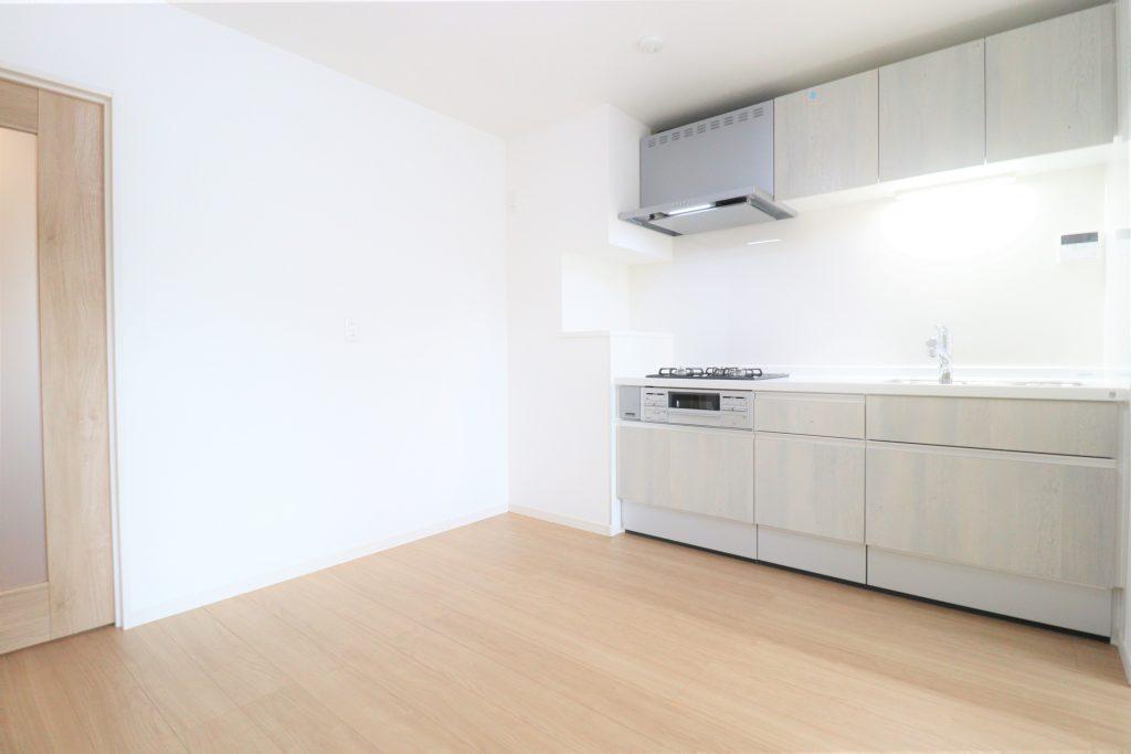 ホワイトと淡いブラウンの色合いでコーディネイトされた室内。優しくて明るい印象に仕上げています。