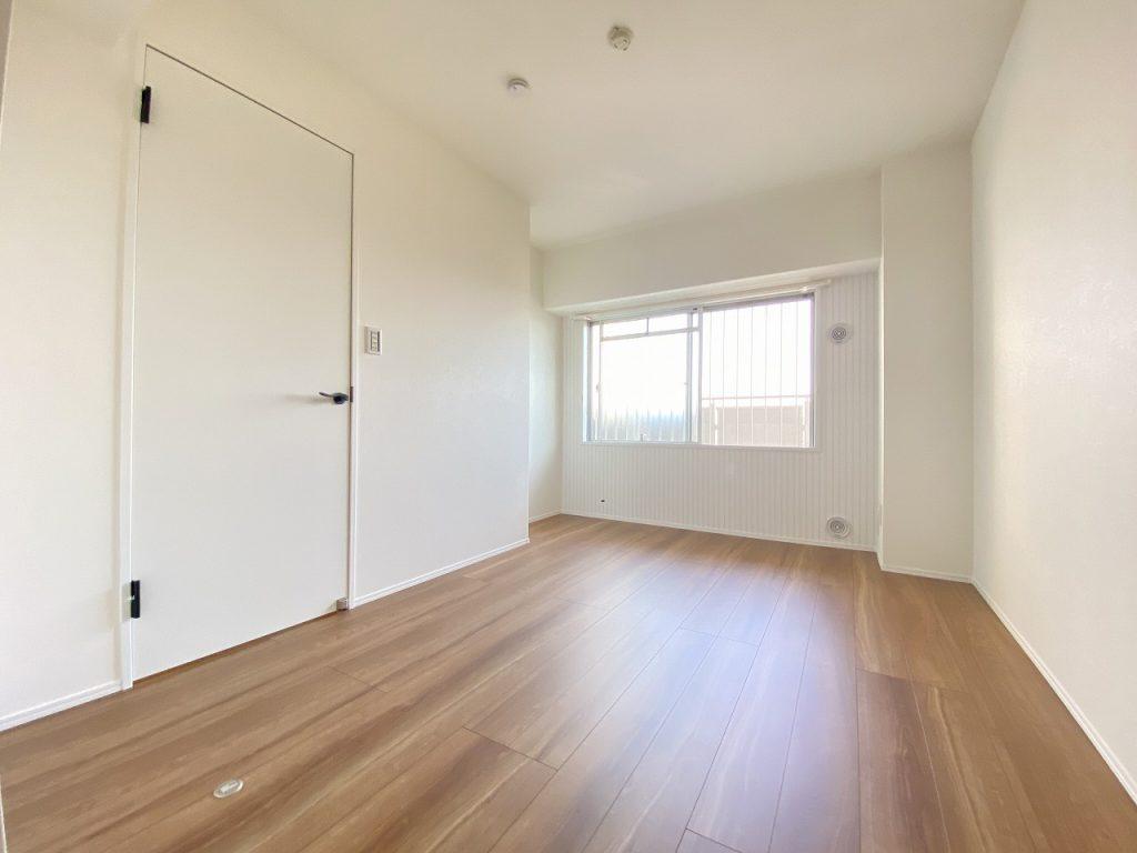 洋室6.7帖の様子です。収納完備。ゆったりとした広さがあります。