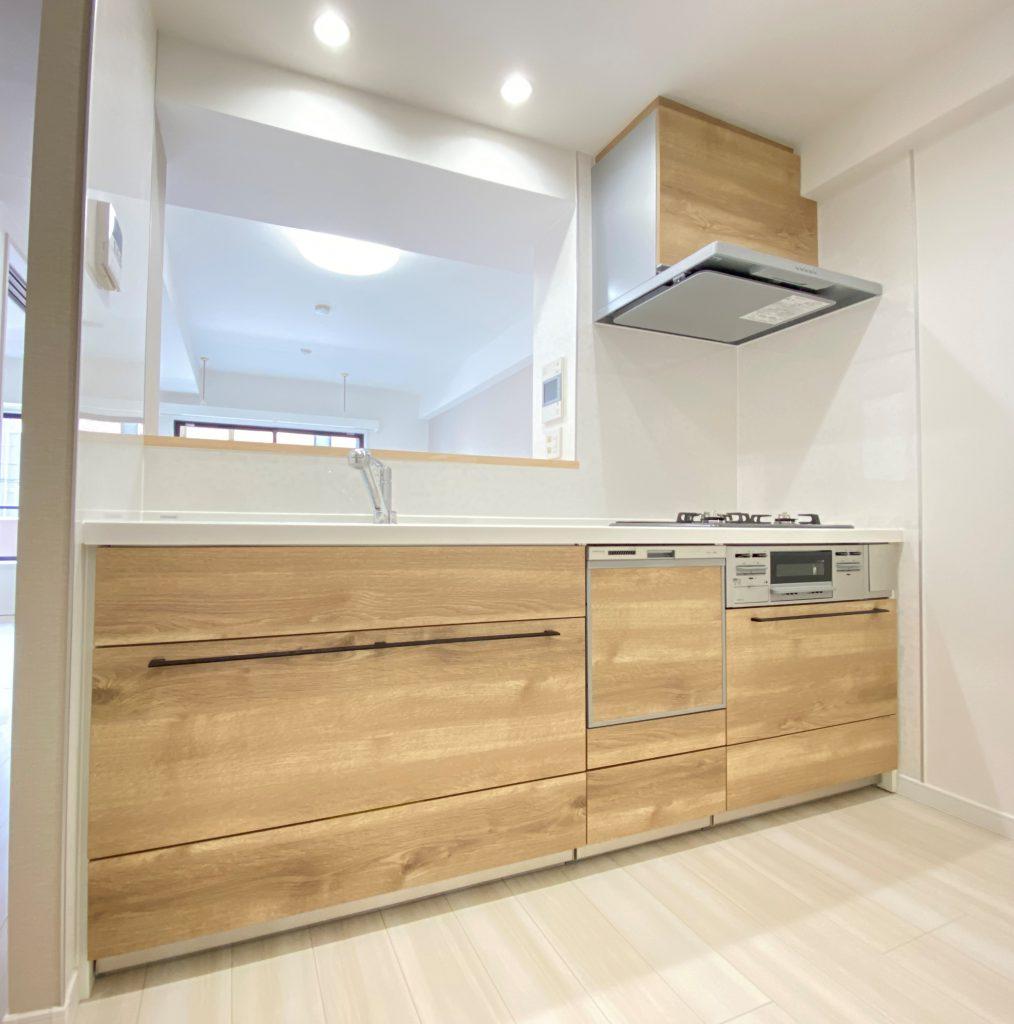 ビルトイン浄水器、食洗器、3口ガスコンロ等がついたシステムキッチン。木目調のデザインがお洒落にお部屋に溶け込みます。引き出しはソフトクロージング機能付きで静かに開閉可能。