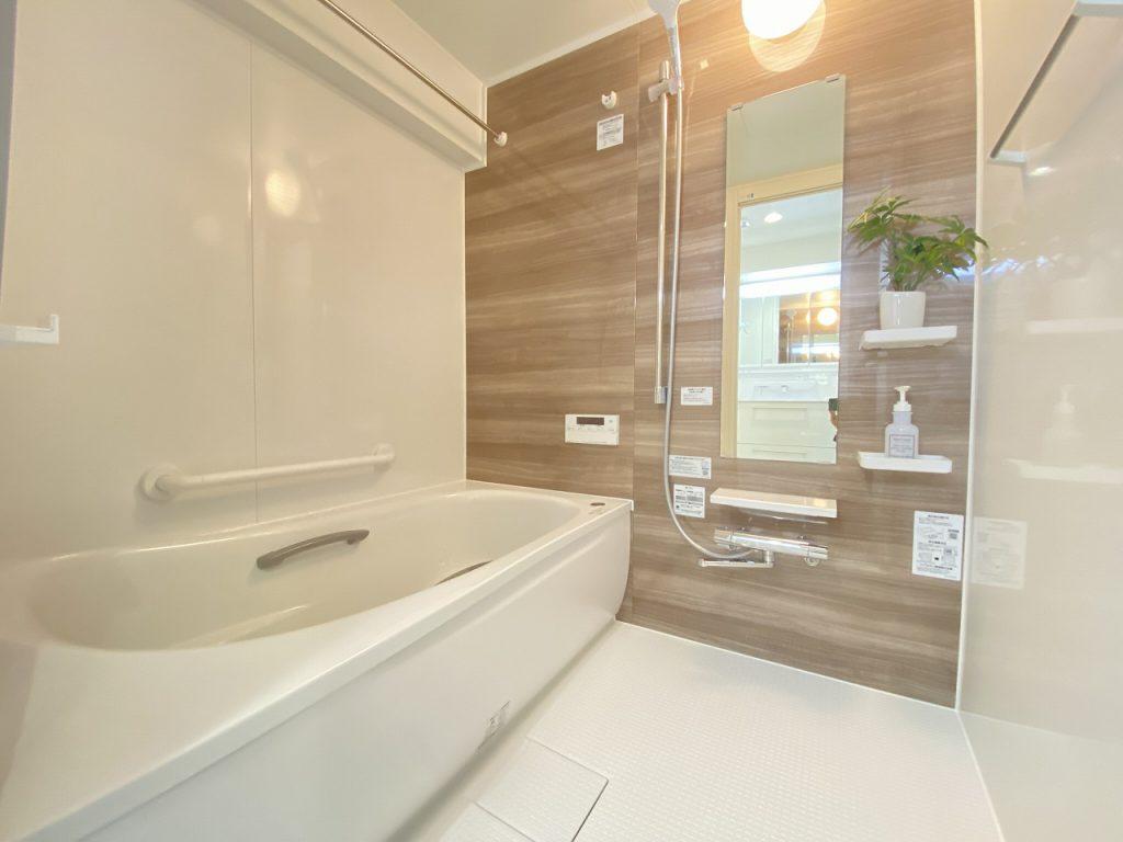 寛げる浴室は追い焚き機能、浴室換気乾燥機能付きで快適です。