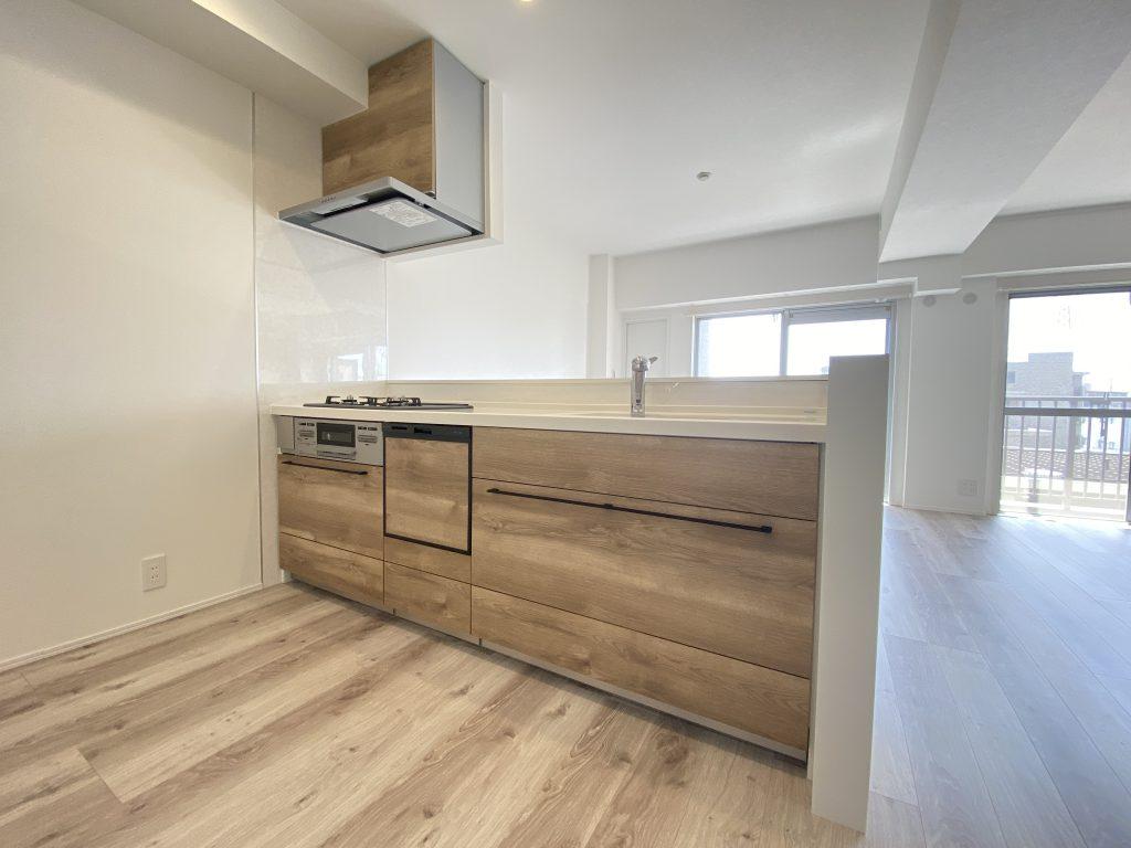 キッチンの様子です。カウンターキッチン仕様を採用。作業がしやすいオール引き出しタイプのシステムキッチン。引き出しは静かに閉まるソフトモーション機能。食洗機完備なので家事の時短も実現できます。