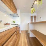アイランドキッチンの様子です。美しい木目と使いやすさ。ぜひ現地でご覧ください。