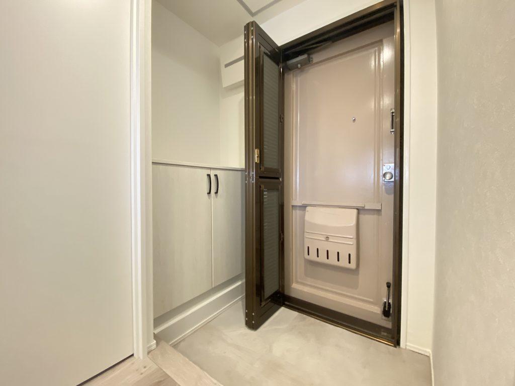玄関には便利な明戸が付いています。シューズボックス上部は飾り棚にもなるオープンタイプです。