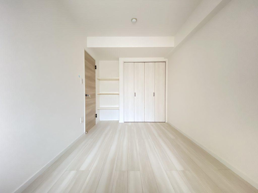 クローゼット完備。壁面には天井までの棚を配置し、本棚にも飾り棚にもご使用いただける仕様です。