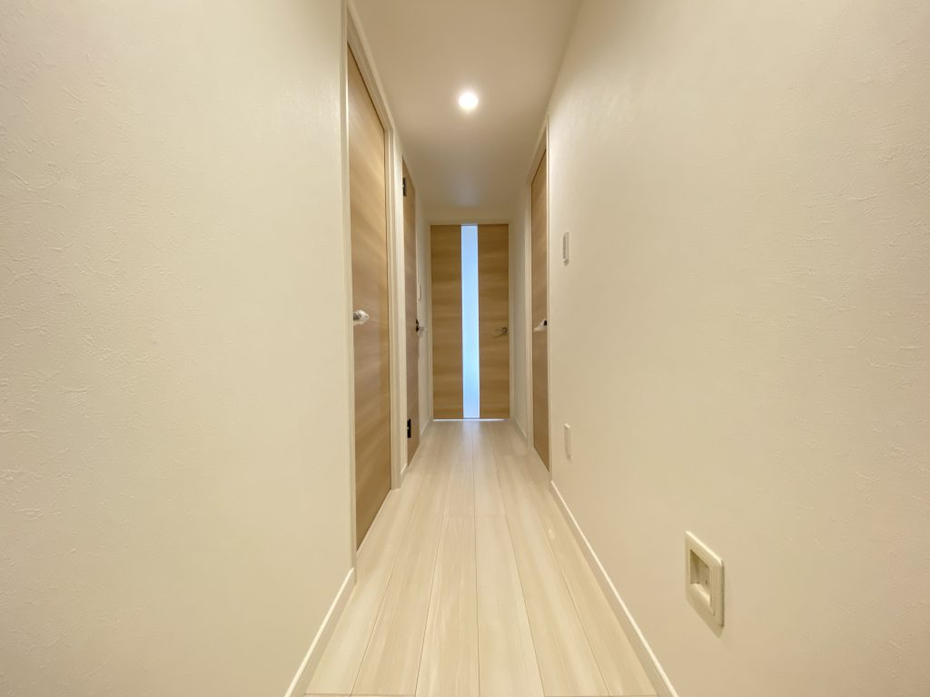 優しい木肌感が特徴のイタリアンウォルナットを使用した室内空間。淡いブラウンの建具が爽やかで落ち着いた印象を演出しています。