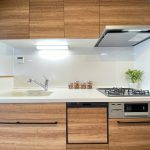 木目が美しいシステムキッチン。浄水器、食洗器、3口ガスコンロ等、家事の時短に活躍する充実の設備です。