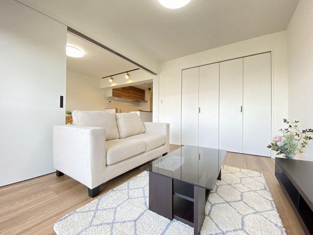 LDKに隣接する洋室は6.8帖の広さ。3枚の引き戸仕様で開放感があります。LDKと繋げると20.1帖の大空間が広がります。