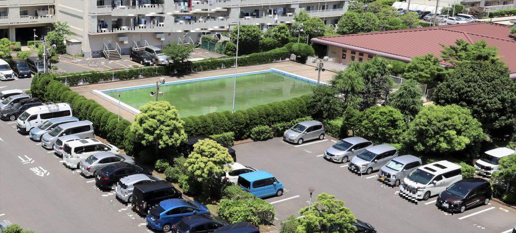 敷地内の住人の方専用プールの様子。7月1日~8月31日まで利用可能です。