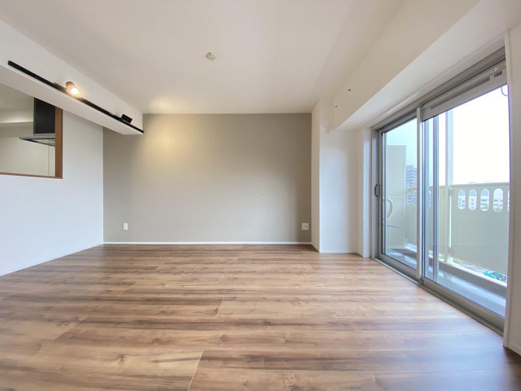 大きな掃き出し窓からお部屋全体に光が差し込みます。