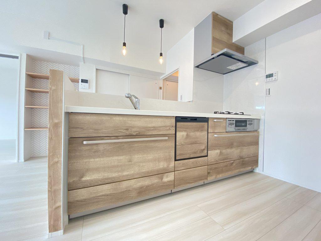 カウンターキッチン仕様を採用。作業がしやすいオール引き出しタイプのシステムキッチンです。引き出しは静かに閉まるソフトモーション機能。食洗機付きで家事の時短も実現します。