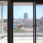 大きな掃き出し窓からの眺望。目の前には大きな建物が無く開放感があります。陽当たりも風通しも良くて快適な住戸です。