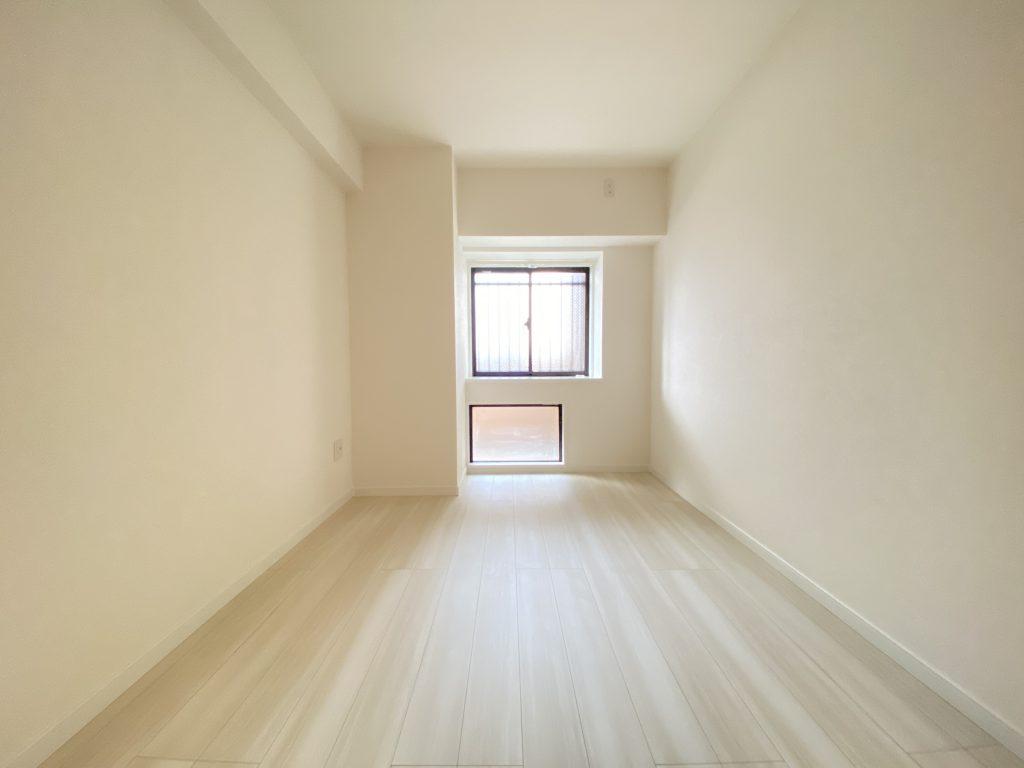 明り取りの小窓がアクセントの洋室。スッキリとした明るいお部屋です。