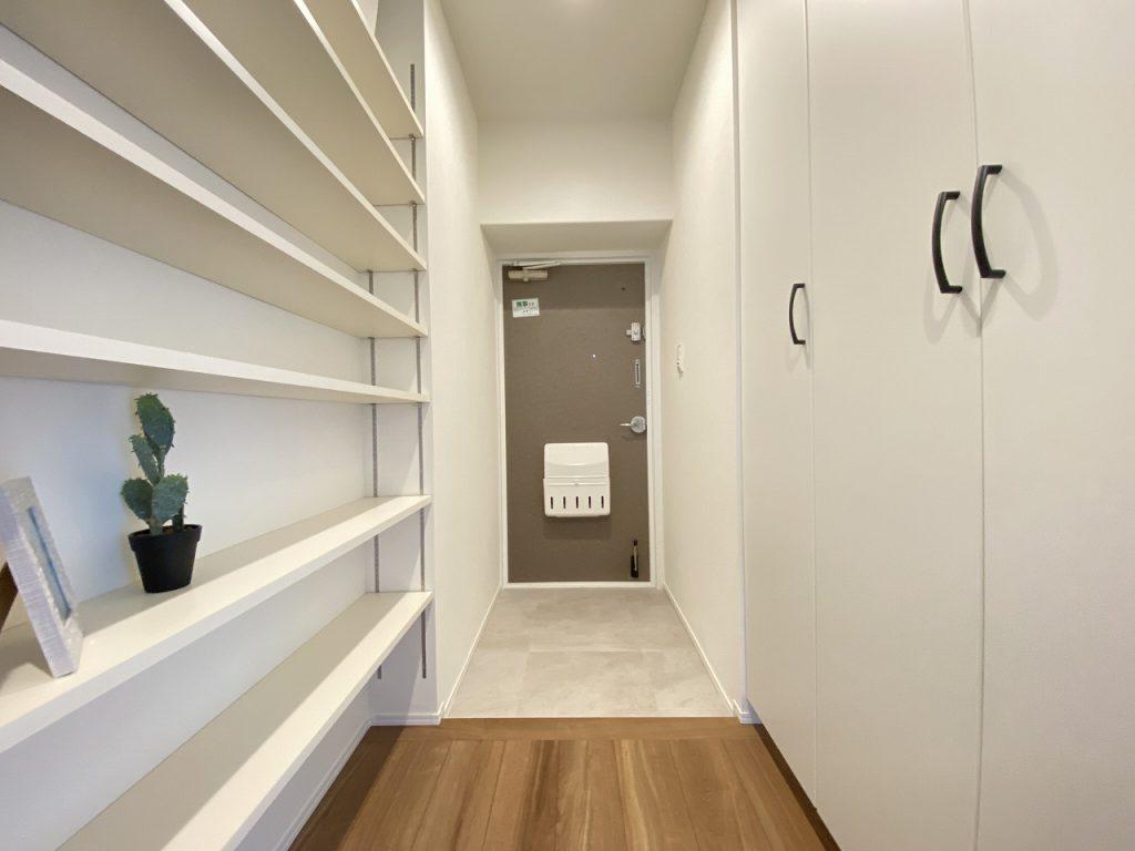 玄関部分の様子です。大型のシューズボックス完備。廊下部分にはフレキシブルに使える棚板収納も。意匠性と実用性のあるデザインです。