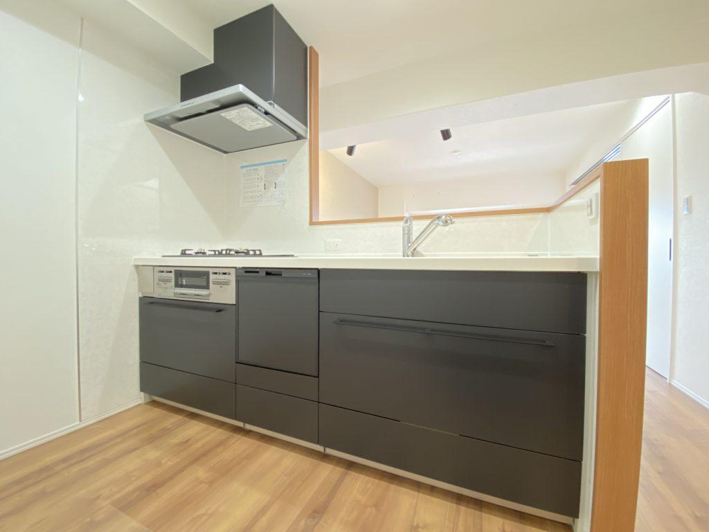 カウンターキッチン仕様を採用。作業がしやすいオール引き出しタイプのシステムキッチンです。引き出しは静かに閉まるソフトモーション機能付き。水や光熱費の節約になる食器洗い乾燥機も完備しています。