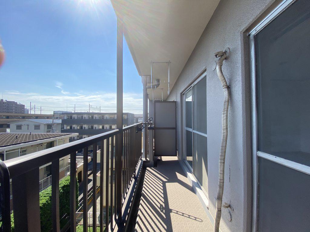 陽当たりの良いバルコニー。開放感のある眺望が広がっています。