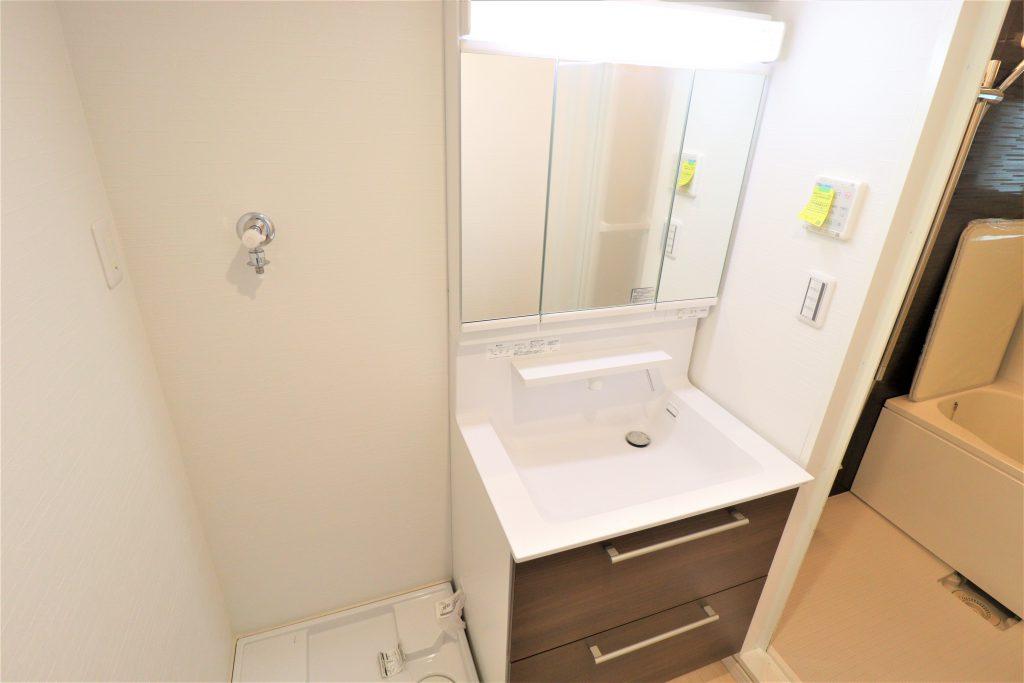 洗面化粧台は、広々設計のすべり台ボウルを採用。エコシングル水栓で節水、節湯ができます。排水口は抗菌、抗カビ仕様となっています。