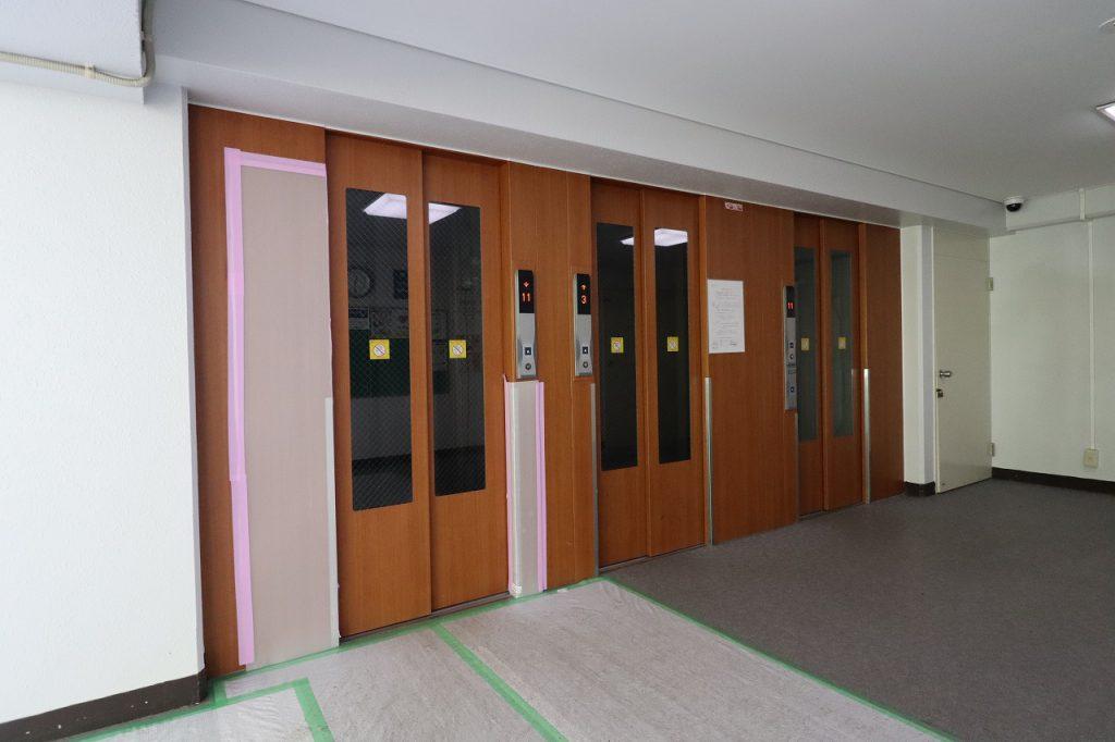 エレベーターは3基あります。エレベーター内には防犯カメラも完備されています。