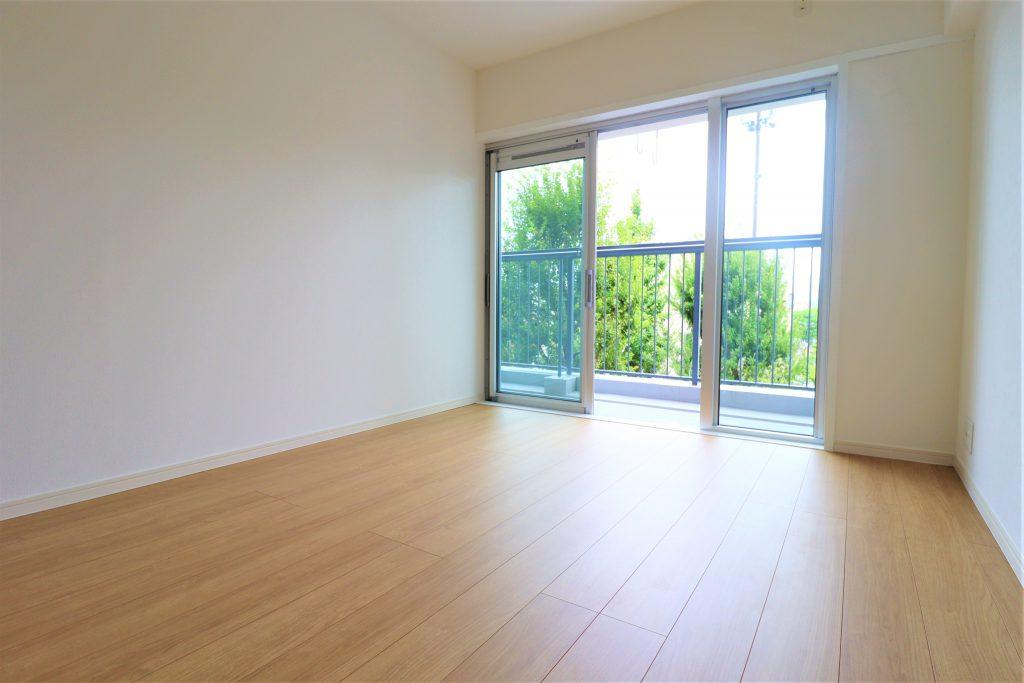 大きな掃き出し窓なので開放感があります。お部屋の中までしっかりと陽射しが差し込んで気持ちの良い室内です。